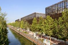运河和咖啡的后面成群,商展2015年米兰 库存照片