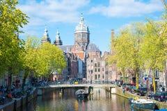 运河和圣尼古拉斯教会在阿姆斯特丹,荷兰 免版税库存图片