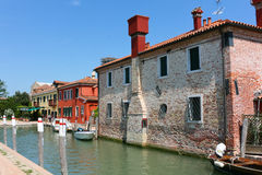 运河和房子在Torcello 免版税图库摄影