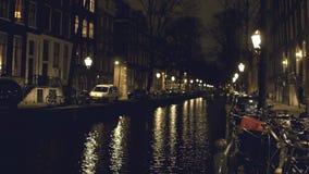运河和房子堤防的在阿姆斯特丹在晚上 影视素材