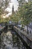 运河和教会在秋天 免版税库存照片