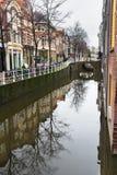 运河和街道有自行车停车场的在荷兰德尔福特老市 免版税图库摄影