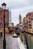 运河和购物街道在威尼斯市在雨中 库存照片
