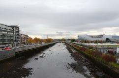 运河和Aviva体育场在都伯林,爱尔兰 库存图片