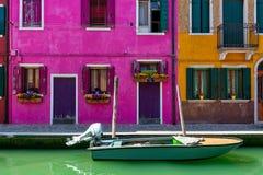 运河和Burano五颜六色的房子  免版税库存图片