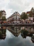 运河圣马丁,与parisains大厦,巴黎,法国的完美反射 免版税库存图片
