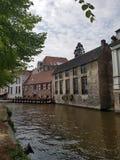 水运河在有老大厦的布鲁日 免版税库存图片