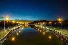 运河在海尔蒙德市叫Zuid Willemsvaart 免版税库存图片