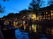 运河在阿姆斯特丹在晚上 库存照片