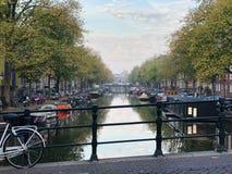 运河在阿姆斯特丹早晨 免版税库存图片