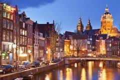 运河在阿姆斯特丹,荷兰在夜之前 库存照片