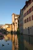 运河在阿讷西城镇 免版税库存照片