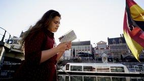 运河堤防的妇女 影视素材
