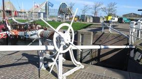 运河旁边绞盘齿轮 库存图片