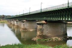 运河桥梁被修筑了在布里阿尔(法国)附近的卢瓦尔河 免版税库存图片