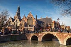 运河海岸的老教会在阿姆斯特丹 库存图片