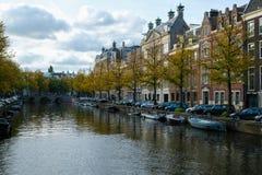 运河的传统荷兰老房子在阿姆斯特丹 免版税库存图片
