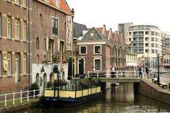 运河的传统荷兰房子在阿尔克马尔镇,荷兰 库存图片