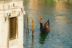 运河的威尼斯平底船的船夫 免版税库存照片