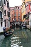 运河的平底船的船夫在威尼斯,意大利 免版税库存照片