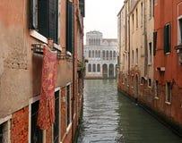 运河的狭窄的边的典型的看法,威尼斯,意大利 通信在城市由水完成,创造a 免版税库存图片