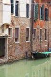 运河的狭窄的边的典型的看法,威尼斯,意大利 免版税库存图片