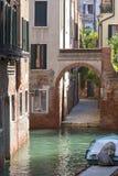 运河的狭窄的边的典型的看法,威尼斯,意大利 图库摄影