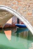 运河的狭窄的边的看法,石桥梁,威尼斯,意大利 库存图片
