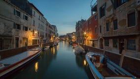 运河的看法在威尼斯在与许多的晚上小船 库存图片