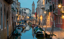运河的看法在威尼斯在与许多的晚上小船 免版税库存图片