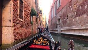运河的看法在威尼斯,意大利 在威尼斯看法背景的长平底船  影视素材
