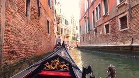 运河的看法在威尼斯,意大利 在威尼斯看法背景的长平底船  股票视频