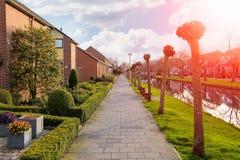 运河的美丽如画的房子在Meerkerk,荷兰 免版税库存照片