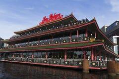 运河的美丽的餐馆在阿姆斯特丹 免版税库存照片