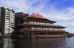 运河的美丽的餐馆在阿姆斯特丹 免版税库存图片