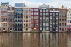 运河的银行的传统荷兰房子在阿姆斯特丹的中心 荷兰 免版税库存图片