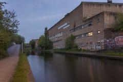 运河的银行的工业仓库 库存图片