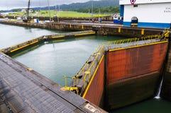 运河给gatun锁定巴拿马装门 免版税图库摄影