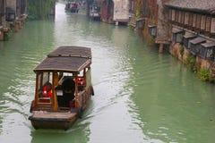 运河船在古老水镇Wuzhen (联合国科教文组织),中国 免版税库存照片