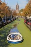 运河船在秋天在德尔福特,荷兰 免版税库存照片