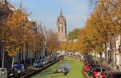 运河船在秋天在德尔福特,荷兰 库存照片