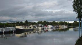 运河船在风雨如磐的天空下 免版税库存照片