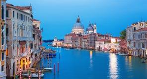 运河重创与大教堂圣玛丽亚della致敬在背景中,威尼斯,意大利 免版税库存照片