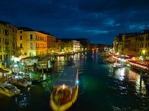 运河重创在晚上 免版税库存图片