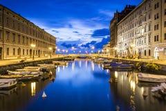 运河重创在的里雅斯特市中心,意大利 库存图片