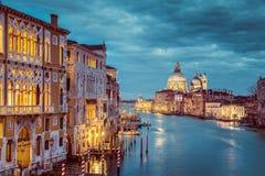 运河重创在神秘的微明,威尼斯,意大利下 免版税库存照片