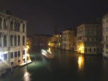 运河重创的意大利点燃晚上威尼斯 免版税库存照片