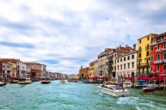 运河重创的意大利venezia 免版税库存图片