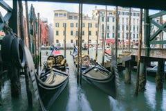 运河重创,在威尼斯,有长平底船的 免版税库存照片