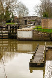 运河锁定和小船停泊。 库存图片